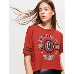 Krótka koszulka z napisem - Brązowy. Brązowe t-shirty damskie marki Cropp, l, z napisami. W wyprzedaży za 14,99 zł.