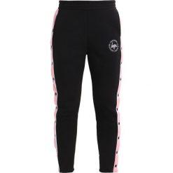 Spodnie dresowe damskie: Hype WOMENS JOGGERS POPPER Spodnie treningowe black/pink