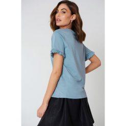 NA-KD T-shirt z falbanką - Blue. Niebieskie t-shirty damskie marki NA-KD, z bawełny, z falbankami. W wyprzedaży za 30,48 zł.