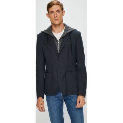 Guess Jeans - Marynarka Edgy. Szare marynarki męskie marki Guess Jeans, l, z aplikacjami, z bawełny. W wyprzedaży za 599,90 zł.