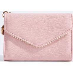Portfel z ozdobną zawieszką - Różowy. Czerwone portfele damskie marki Mohito, z bawełny. Za 39,99 zł.