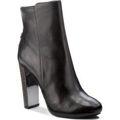 Botki GUESS - Dodie FLDOD3 LEA10 BLACK. Czarne botki damskie na obcasie Guess, z materiału. W wyprzedaży za 489,00 zł.