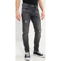 Calvin Klein Jeans CAVERN DESTRUCTED Jeansy Slim Fit denim. Szare jeansy męskie relaxed fit marki Calvin Klein Jeans. W wyprzedaży za 389,35 zł.