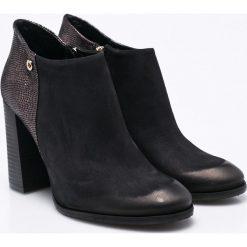 Carinii - Botki. Czarne buty zimowe damskie marki Carinii, z materiału, z okrągłym noskiem, na obcasie. W wyprzedaży za 219,90 zł.