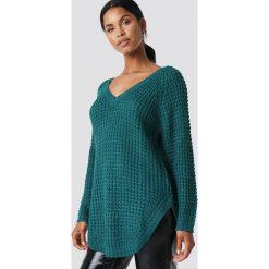 NA-KD Sweter ze splotem - Green. Zielone swetry klasyczne damskie NA-KD, z dzianiny, dekolt w kształcie v. Za 80,95 zł.