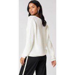 Swetry oversize damskie: Josefin Ekström for NA-KD Sweter z głębokim dekoltem V – White