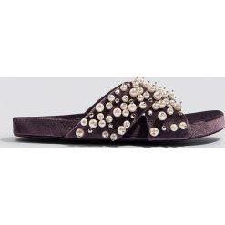 Kapcie damskie: NA-KD Shoes Kapcie z aksamitu z koralikami – Purple