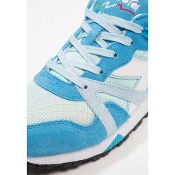Diadora N9000 III Tenisówki i Trampki vivid blue/river blue/starlight blue. Niebieskie tenisówki damskie Diadora, z materiału. W wyprzedaży za 356,85 zł.