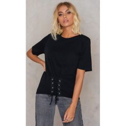 T-shirty damskie: Rut&Circle T-shirt z paskiem na talii – Black