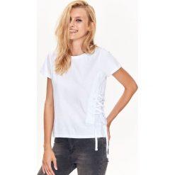 T-SHIRT DAMSKI Z OZDOBNYM SZNUROWANIEM. Szare t-shirty damskie Top Secret, ze sznurowanym dekoltem. Za 24,99 zł.