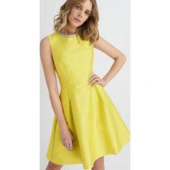 Sukienki: Rozkloszowana sukienka z imitacją kolii