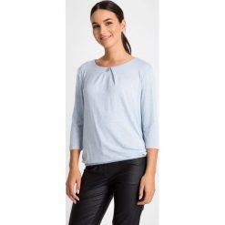 Błękitna bluzka bombka QUIOSQUE. Niebieskie bluzki asymetryczne QUIOSQUE, z dzianiny. W wyprzedaży za 79,99 zł.