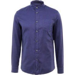 DRYKORN DONNY Koszula dunkelblau. Niebieskie koszule męskie marki DRYKORN, m, z dekoltem karo. Za 379,00 zł.