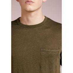 Rag & bone OWEN  Tshirt basic army. Zielone koszulki polo rag & bone, m, ze lnu. W wyprzedaży za 356,30 zł.