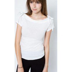 Bluzka w prążki zdobiona wiązaniami na ramionach biała. Białe bluzki damskie Yups, l, w prążki, z bawełny, klasyczne, z dekoltem w łódkę, z krótkim rękawem. Za 19,99 zł.