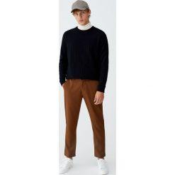Dzianinowy sweter o wypukłej fakturze. Brązowe swetry klasyczne męskie Pull&Bear, m, z dzianiny. Za 99,90 zł.