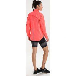 Craft BELLE RAIN JACKET Kurtka przeciwdeszczowa panic/dahlia. Czerwone kurtki damskie przeciwdeszczowe marki Craft, m, z materiału, outdoorowe. W wyprzedaży za 439,20 zł.
