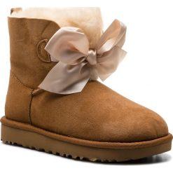 Buty UGG - W Gita Bow Mini 1098360 W/Che. Brązowe buty zimowe damskie Ugg, z materiału. Za 879,00 zł.