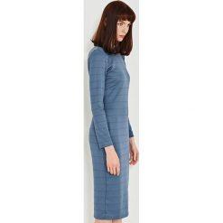 Simple - Sukienka. Niebieskie długie sukienki marki Simple, l, z dzianiny, eleganckie, z okrągłym kołnierzem, z długim rękawem, dopasowane. W wyprzedaży za 359,90 zł.
