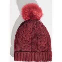Czapka z puszystym pomponem - Bordowy. Czerwone czapki zimowe damskie Sinsay. Za 24,99 zł.