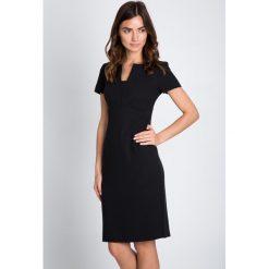 Sukienki balowe: Czarna ołówkowa sukienka z połyskiem QUIOSQUE