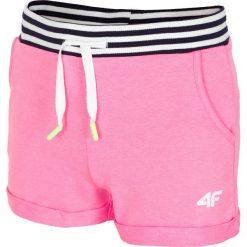 Spodenki dresowe dla małych dziewczynek JSKDD103 - różowy neon. Czerwone spodenki chłopięce marki 4F JUNIOR, z bawełny. Za 39,99 zł.