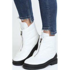 Białe Śniegowce Winter Walk. Czarne buty zimowe damskie marki Cropp. Za 104,99 zł.
