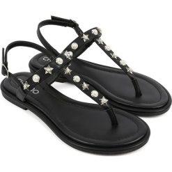 Sandały japonki w kolorze czarno-srebrnym. Czarne klapki damskie Chika 10. W wyprzedaży za 82,95 zł.