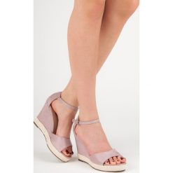 Zamszowe sandały na koturnie ALEXANDRIA. Brązowe sandały damskie marki SMALL SWAN. Za 89,90 zł.