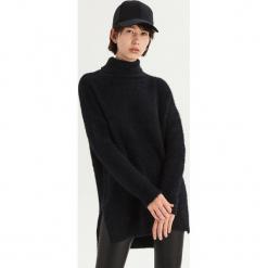 Długi sweter oversize z golfem - Czarny. Czarne golfy damskie Sinsay, l, z długim rękawem. Za 79,99 zł.