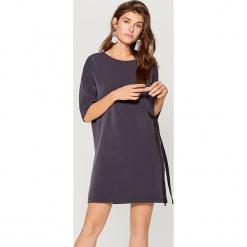 Sukienka z wiązaniem - Szary. Szare sukienki z falbanami marki Mohito, l. W wyprzedaży za 79,99 zł.