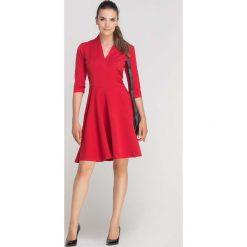 Czerwona Sukienka Rozkloszowana z Ładnym Dekoltem. Czerwone sukienki balowe marki Molly.pl, do pracy, l, z dzianiny, dopasowane. Za 159,90 zł.