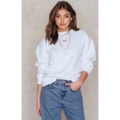 Bluzy rozpinane damskie: Vanessa Moe x NA-KD Bluza z okrągłym dekoltem crew neck - White