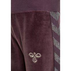 Hummel BABY PANTS Spodnie treningowe black plum. Fioletowe spodnie chłopięce marki Hummel, z bawełny. Za 129,00 zł.