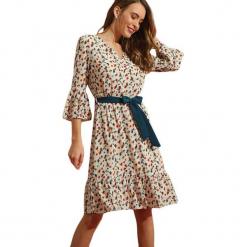Sukienka w kolorze beżowym ze wzorem. Brązowe sukienki na komunię marki Almatrichi, s, midi. W wyprzedaży za 209,95 zł.