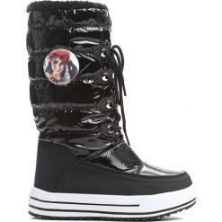 Czarne Śniegowce Mindy. Czarne kozaki dziewczęce marki Born2be, z materiału, z okrągłym noskiem, na platformie. Za 99,99 zł.