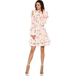 Różowa Wzorzysta Sukienka w Kwiaty z Falbankami Typu Cold Shoulder. Różowe sukienki na komunię marki numoco, l, z dekoltem w łódkę, oversize. Za 208,90 zł.