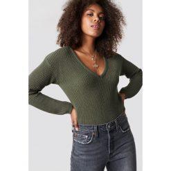 NA-KD Sweter z głębokim dekoltem V - Green. Zielone swetry klasyczne damskie NA-KD, dekolt w kształcie v. Za 121,95 zł.