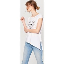 Koszulka z asymetrycznym dołem - Biały. Czerwone t-shirty damskie marki Mohito, z bawełny. Za 49,99 zł.