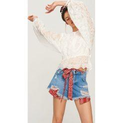 Szorty damskie: Jeansowe szorty z bandaną - Niebieski