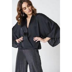 Bluzki damskie: Hannalicious x NA-KD Kopertowa bluzka kimono – Black