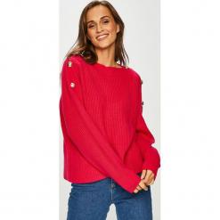 Guess Jeans - Sweter. Czerwone swetry klasyczne damskie Guess Jeans, m, z bawełny, z dekoltem w łódkę. Za 399,90 zł.