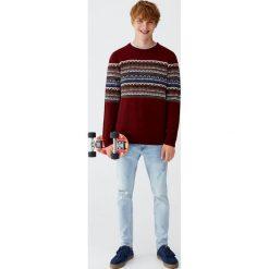 Sweter z żakardowym wzorem na piersi. Czerwone swetry klasyczne męskie Pull&Bear, m, z żakardem. Za 89,90 zł.