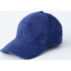 Niebieska czapka z frotte. Niebieskie czapki z daszkiem męskie Pull&Bear. Za 59,90 zł.