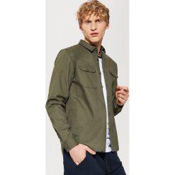 Odzież męska: Koszula utility z haftem na plecach – Zielony