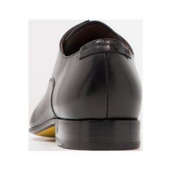 Floris van Bommel Eleganckie buty black. Czarne buty wizytowe męskie Floris van Bommel, z materiału, na sznurówki. W wyprzedaży za 920,55 zł.