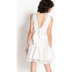 Sukienki hiszpanki: Krótka sukienka ślubna, tiulowa, z uroczym tyłem z kokardą