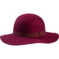 Kapelusz bonprix bordowy. Czerwone kapelusze damskie bonprix, z satyny. Za 49,99 zł.