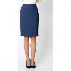 Granatowa ołówkowa spódnica QUIOSQUE. Niebieskie spódnice wieczorowe QUIOSQUE, z tkaniny, z standardowym stanem, midi, ołówkowe. W wyprzedaży za 99,99 zł.