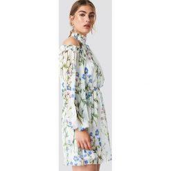 Trendyol Sukienka w kwiaty z wycięciami na ramionach - Multicolor. Szare sukienki na komunię marki Trendyol, na co dzień, z elastanu, casualowe, midi, dopasowane. Za 242,95 zł.